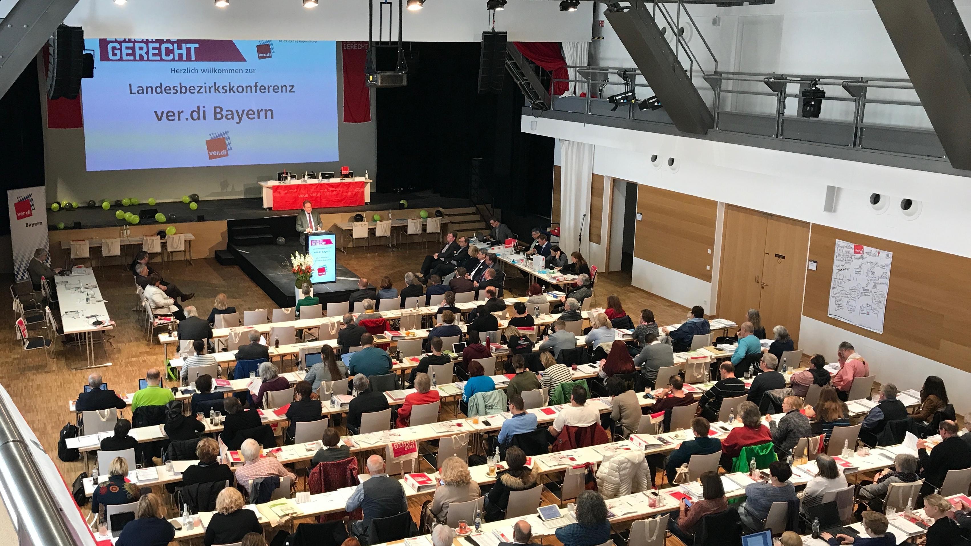 Verdi-Chef Frank Bsirske spricht vor den rund 150 Deligieren in Regensburg.