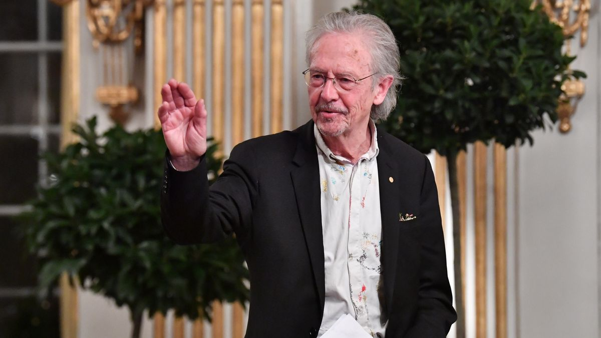 "Peter Handke bei ""Nobel Lecture"" 2019 in Stockholm, hebt die Hand zum Gruß"
