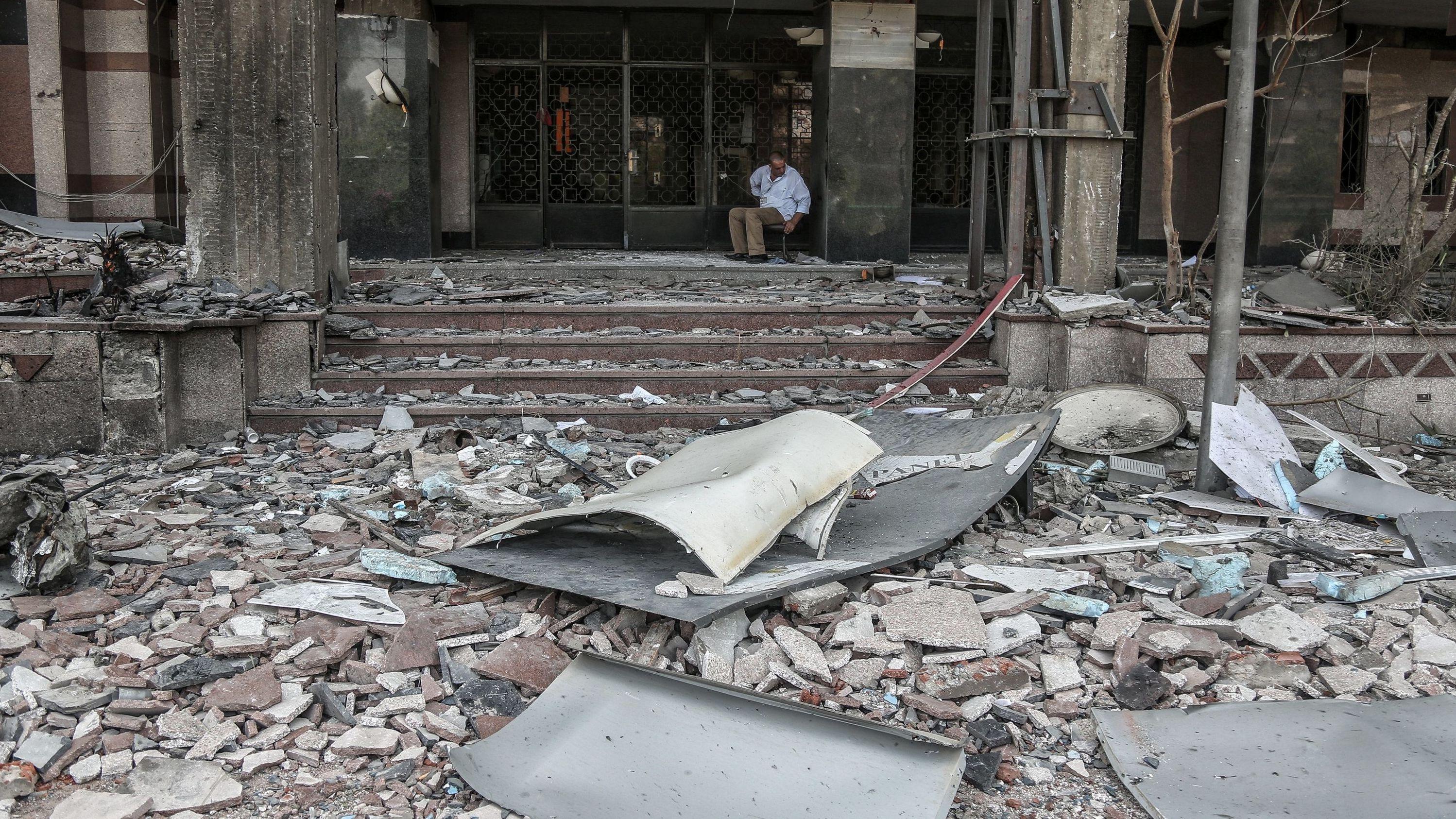 Ein Geisterfahrer ist auf einer Schnellstraße in Kairos Innenstadt mit drei Autos zusammengestoßen und hat eine schwere Explosion ausgelöst.