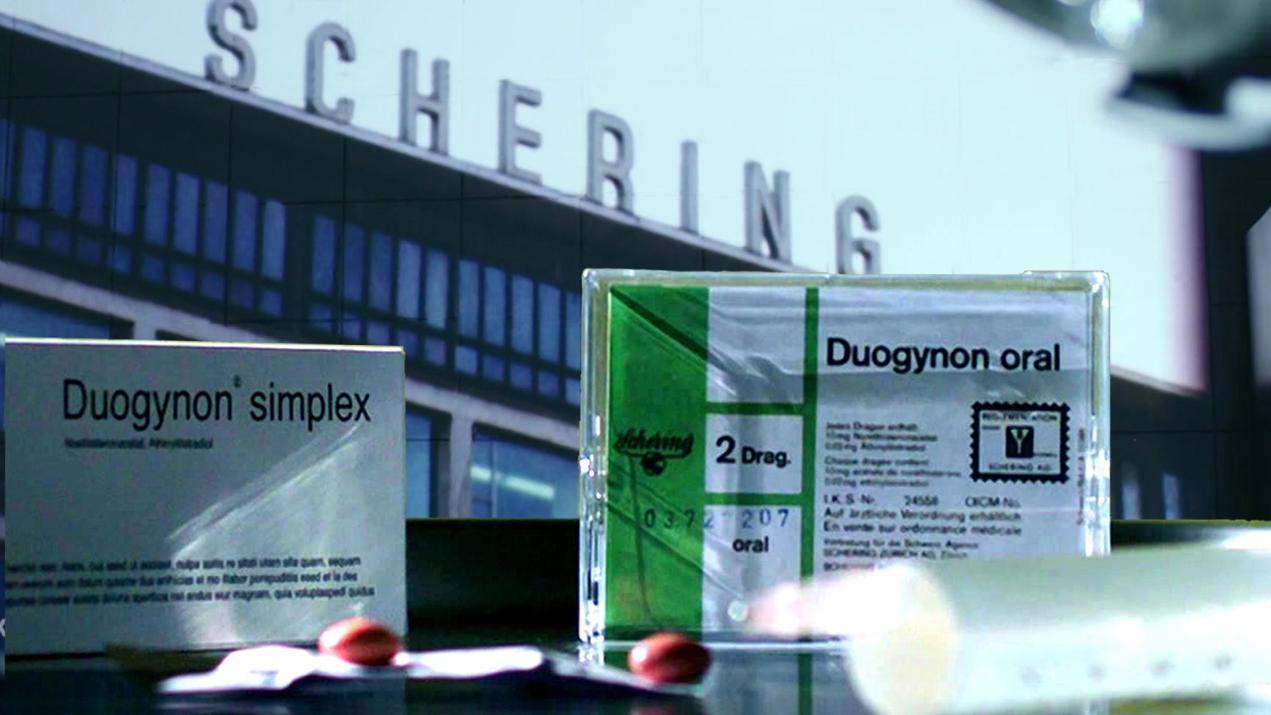 Duogynon-Medikamente vor dem Firmengebäude von Schering