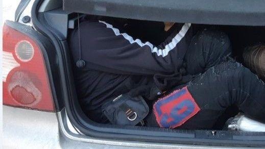 Sieben Menschen in einem VW Polo eingepfercht - zwei davon saßen im verschlossenen Kofferraum