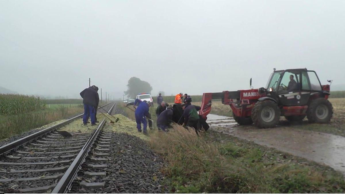 Traktor-Anhänger kippt bei Aletshausen auf Bahngleise