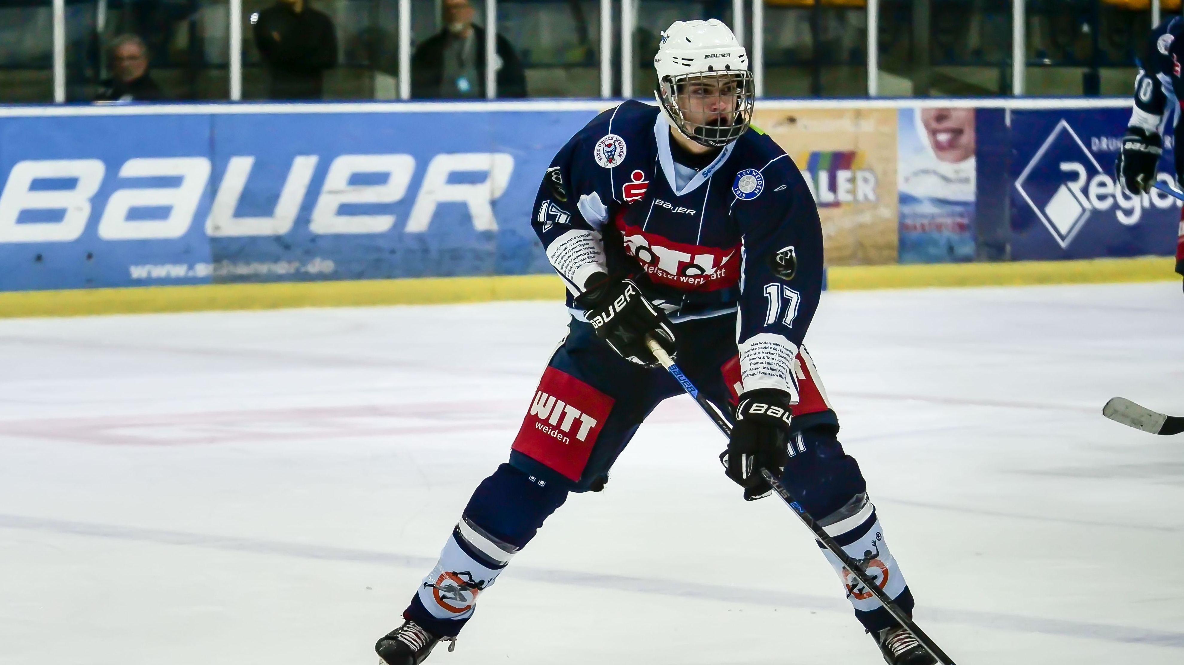 Adrian Klein für die Blue Devils Weiden auf dem Eis