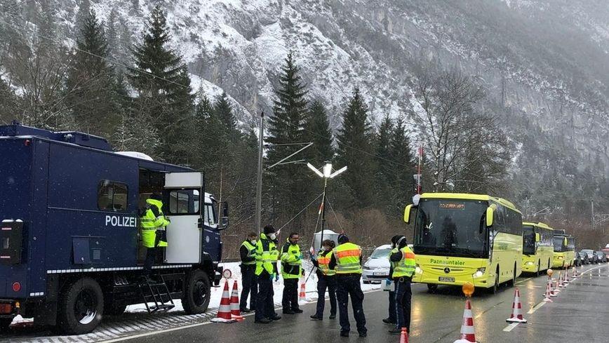 Busse aus Tirol Richtung Mittenwald am Grenzübergang