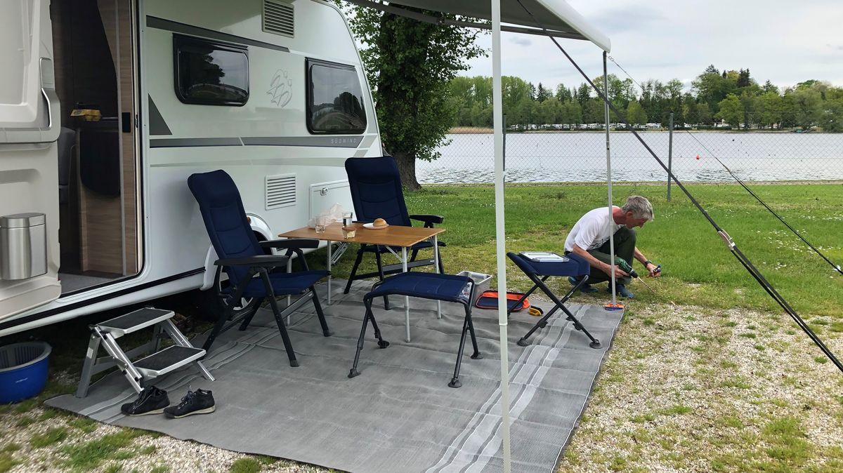 """Camper am """"Strandcamping Waging"""" richtet sich ein."""