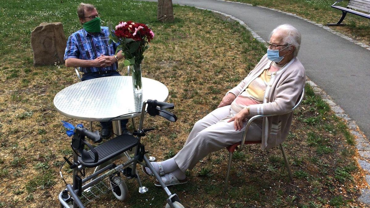 Harald Lauterbach sitzt mit seiner Mutter im Garten eines Bayreuther Seniorenheims.