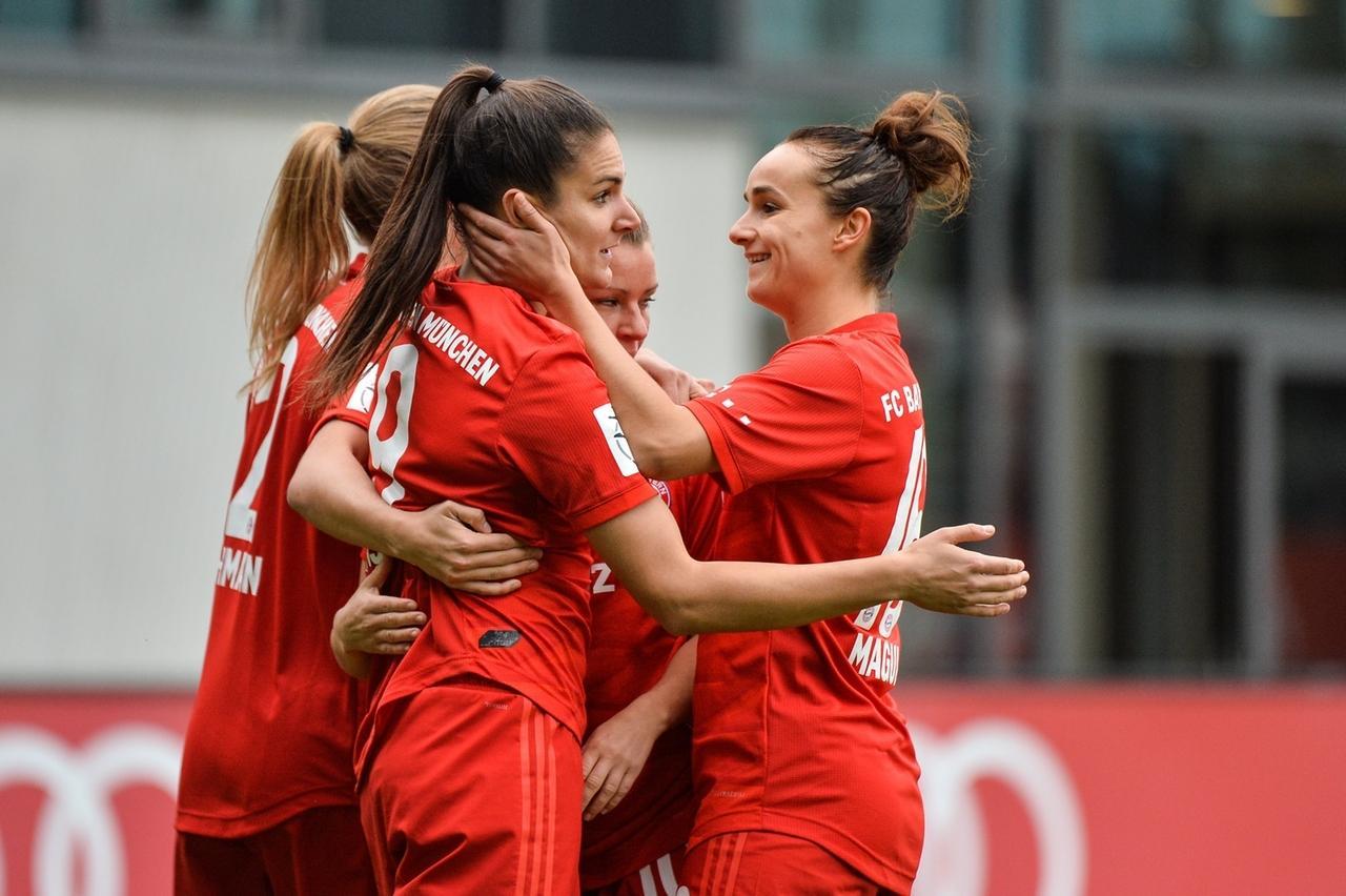 Jubelnde Spielerinnen des FC Bayern