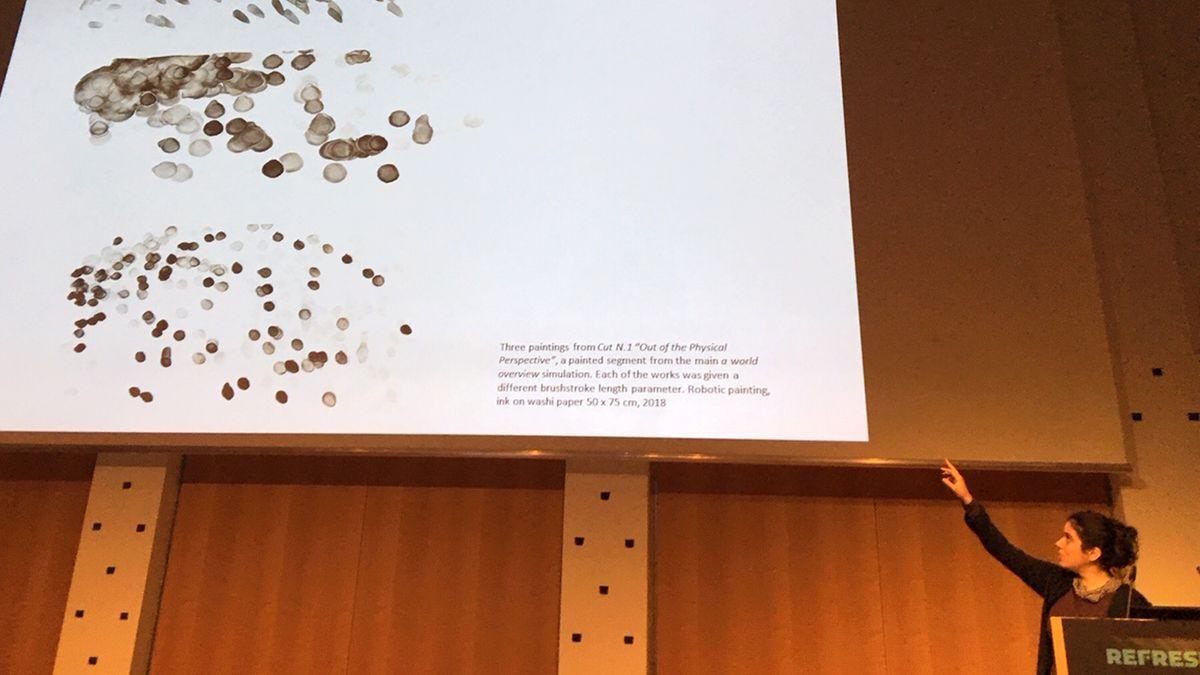 29.12.2018, Sachsen, Leipzig: Die Berliner Künstlerin Liat Grayver stellt auf dem 35. Chaos Communication Congress (35c3) Bilder vor, die der Roboter«e-David» gemalt hat. Die Maschine wurde von Wissenschaftlern der Universität Konstanz entwickelt.