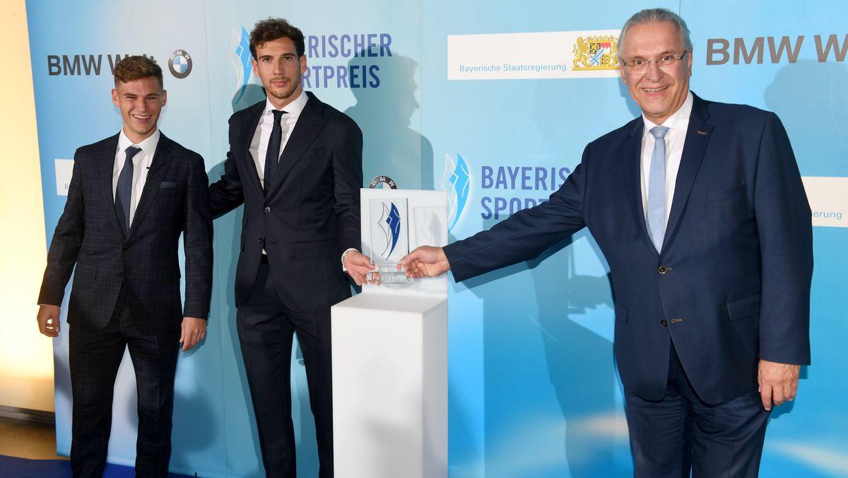 Joshua Kimmich (l-r) und Leon Goretzka vom FC Bayern München und Sportminister Joachim Herrmann bei der Verleihung des Bayerischen Sportpreises