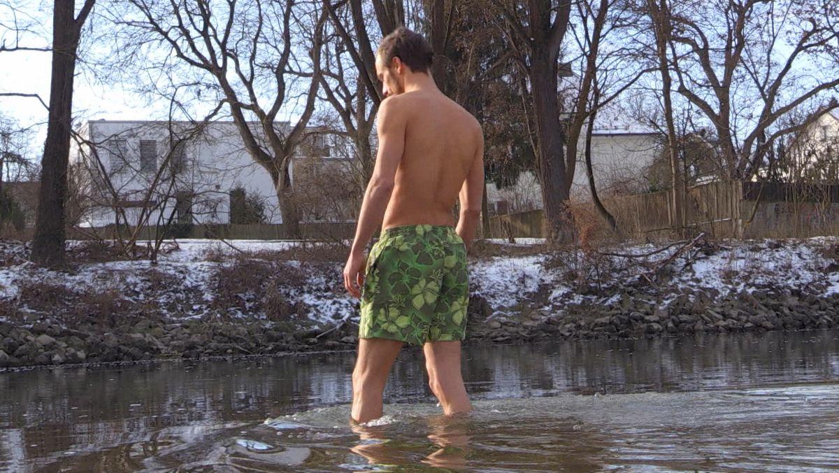 Ein junger Mann steigt in Regensburg in die eiskalte Donau.
