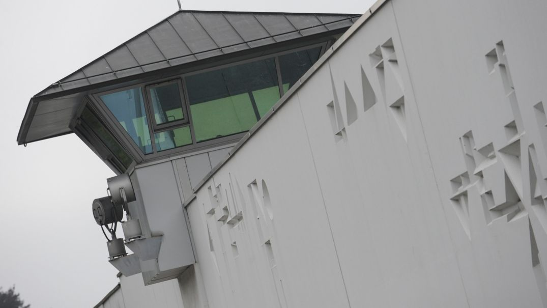 Ein Wachturm der Justizvollzugsanstalt München-Stadelheim.