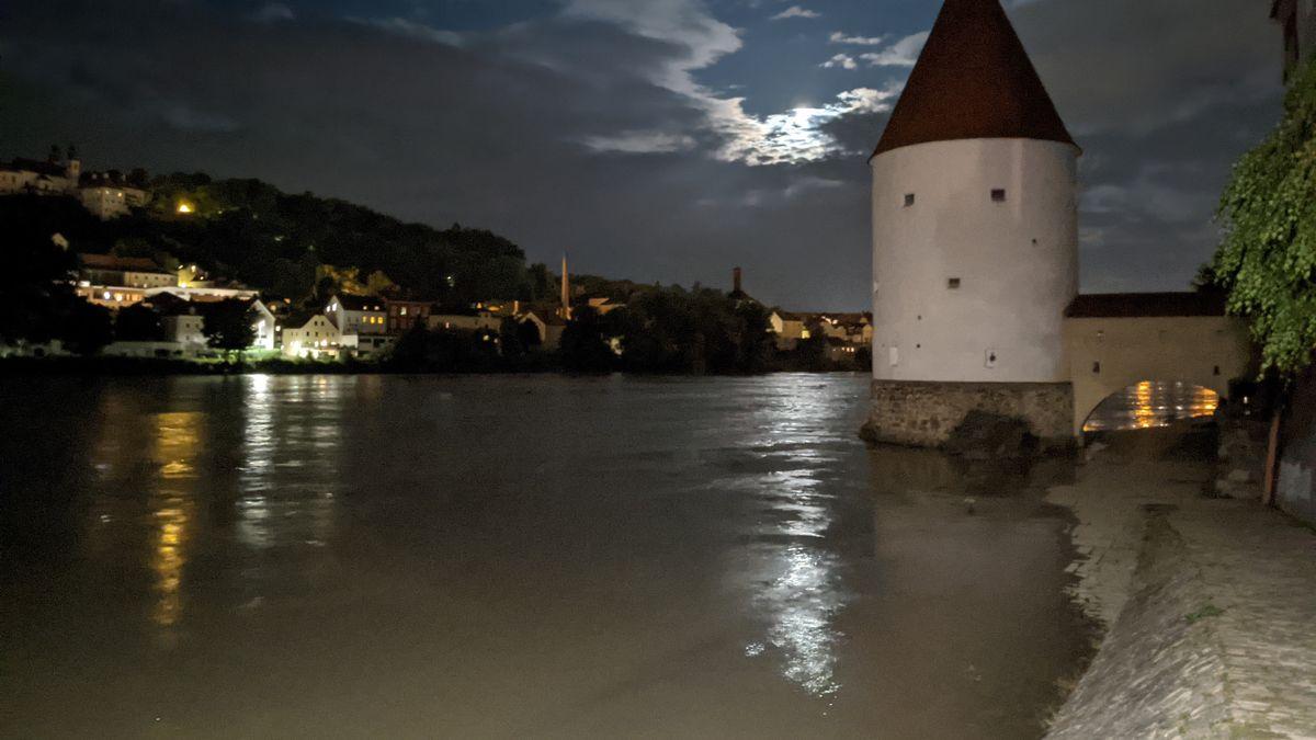 In Passau ist der Pegel im Laufe der Nacht bedrohlich angestiegen.