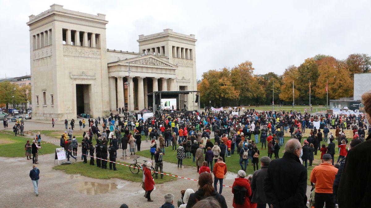 Menschenmasse vor den Propyläen am Königsplatz