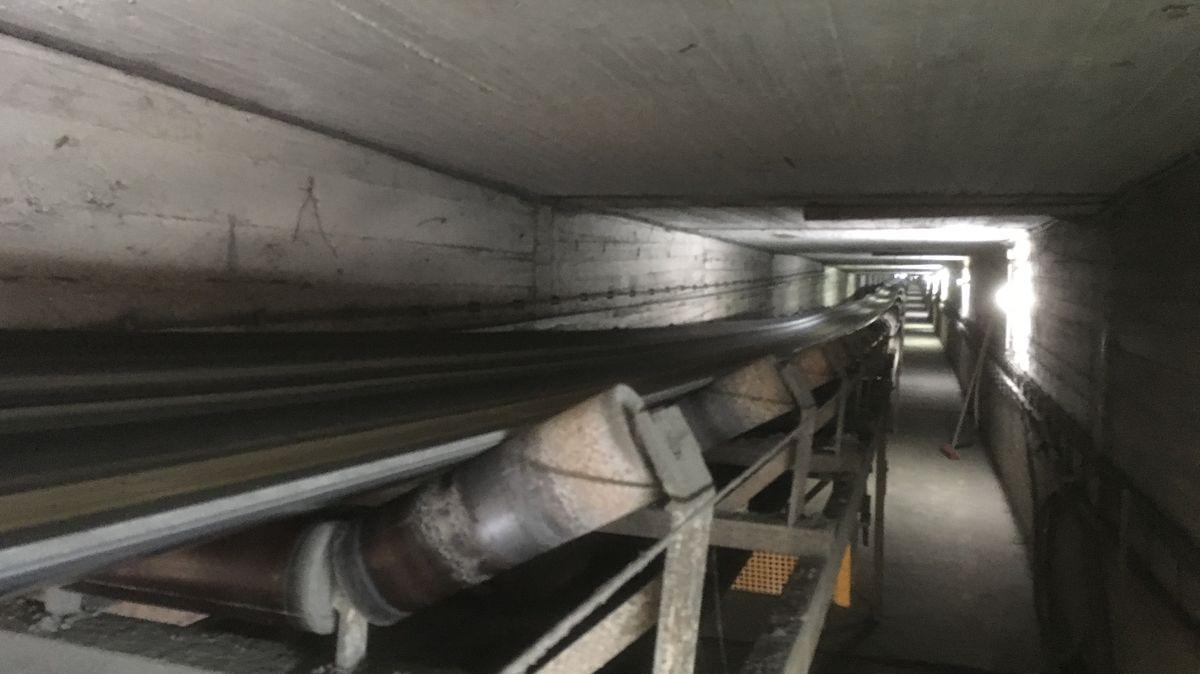 Dieses Förderband verläuft über zwei Kilometer teilweise in einem Tunnel von der Kiesgrube bis ins Kieswerk der Firma Glück.