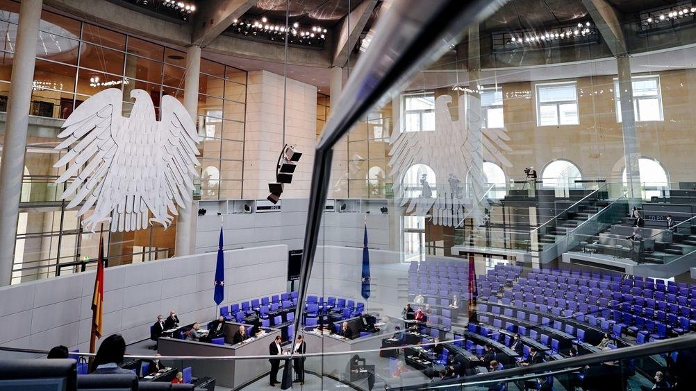 Der Blick in den Plenarsaal des Bundestags während der 219. Sitzung.