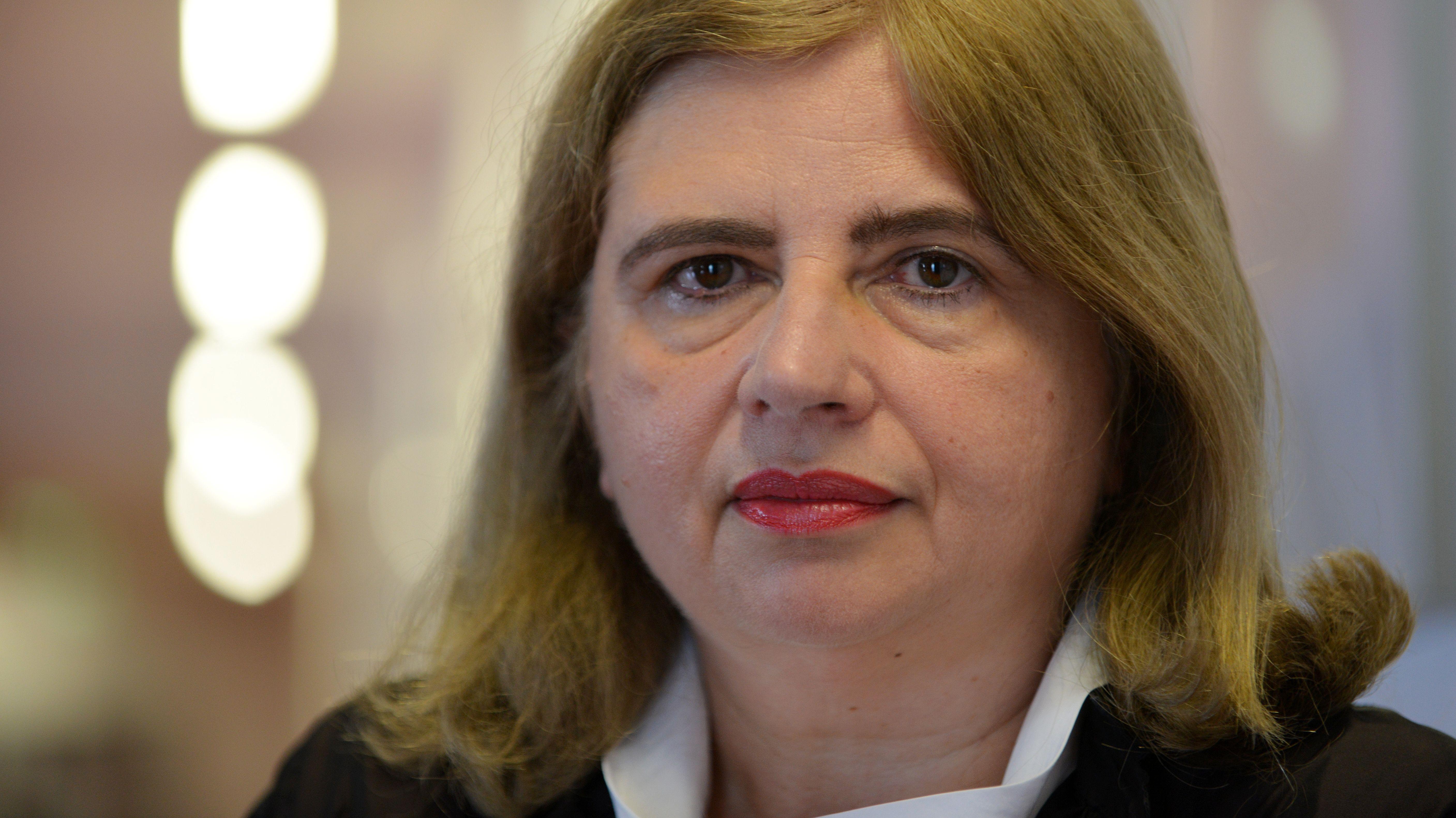 Schriftstellerin Sybille Lewitscharoff blickt in die Kamera