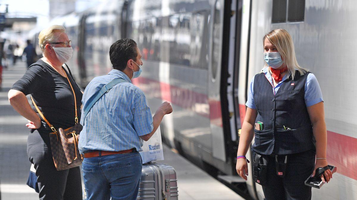 Fahrgäste und Bahn-Mitarbeiterin am Münchner Hauptbahnhof