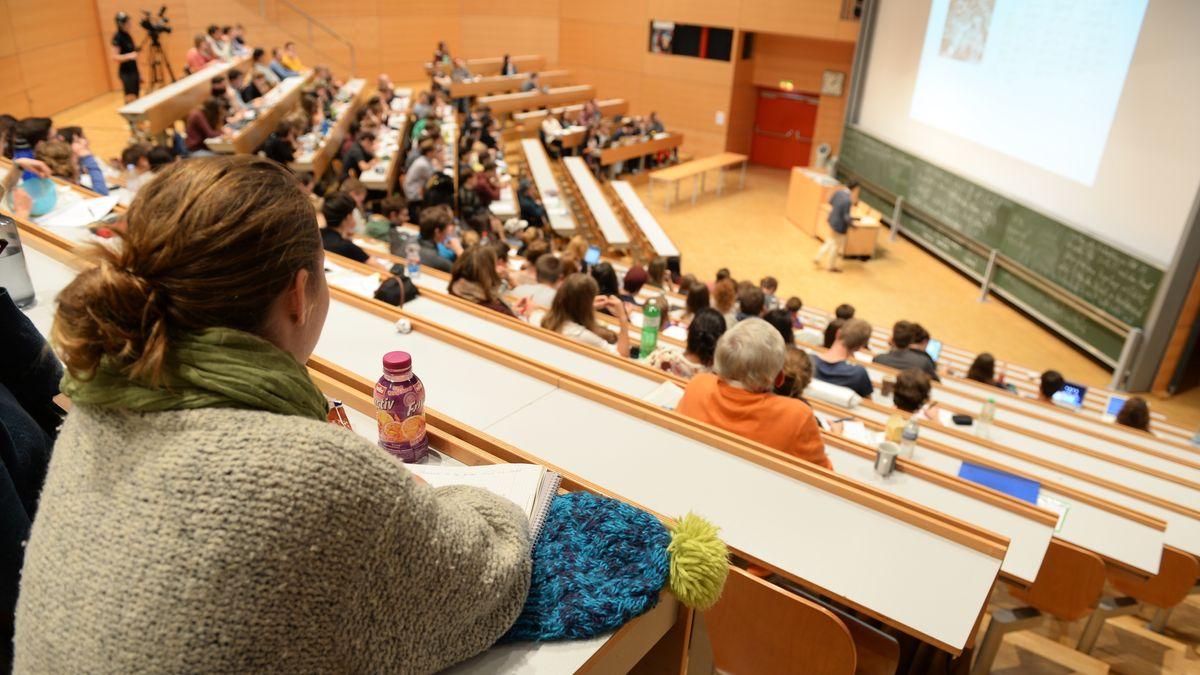 Studierende sitzen in einer Vorlesung