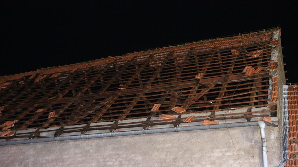 Ein Dach ist komplett abgedeckt nach dem Sturm Fabienne im Landkreis Bamberg   Bild:News5