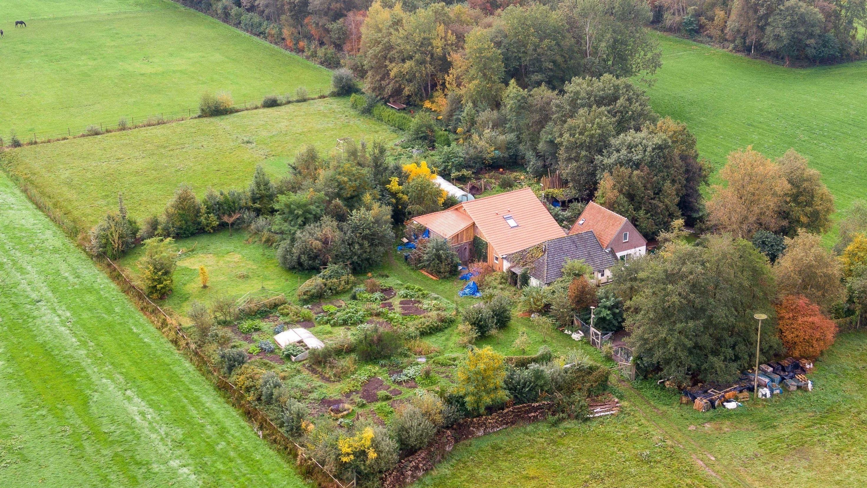 Eine Drohnenaufnahme zeigt den abgelegenen Hof, in dessen Keller eine Familie jahrelang gehaust haben soll.