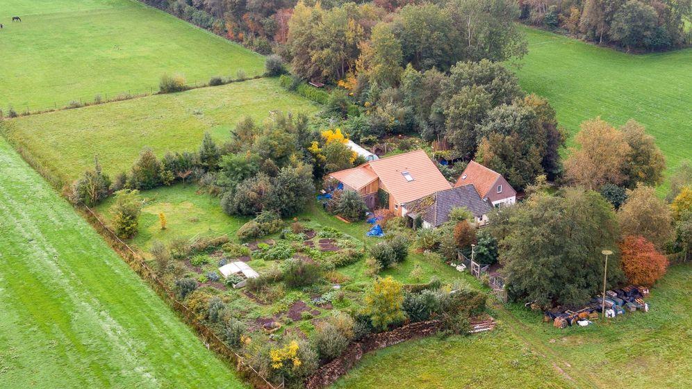 Eine Drohnenaufnahme zeigt den abgelegenen Hof, in dessen Keller eine Familie jahrelang gehaust haben soll. | Bild:dpa-Bildfunk/Wilbert Bijzitter