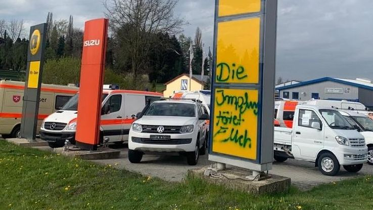 Gesprayter Schriftzug auf dem Gelände eines Autohauses in Neukirchen vorm Wald