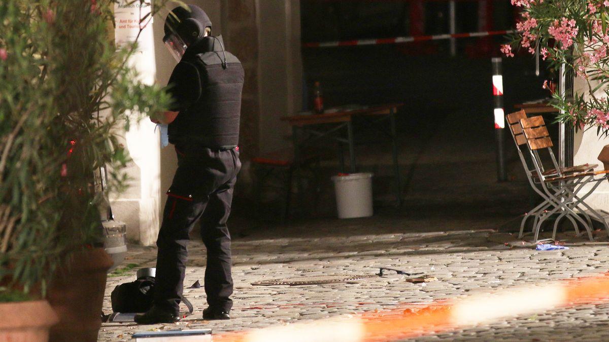 Ein Beamter des Kampfmittelräumdienstes am Tatort in Ansbach (Archiv, 2016)