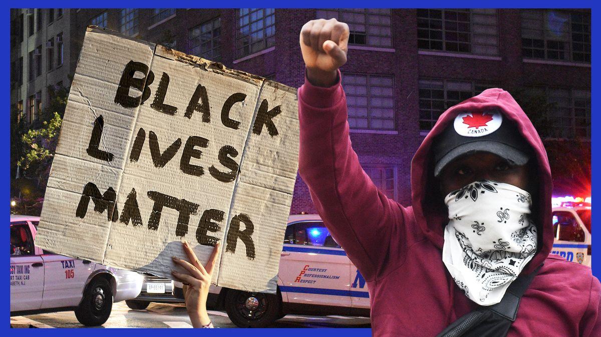 """Ein Schild, auf dem """"Black Lives Matter"""" steht, daneben ein Schwarzer Demonstrant, im Hintergrund US-amerikanische Polizeiautos."""