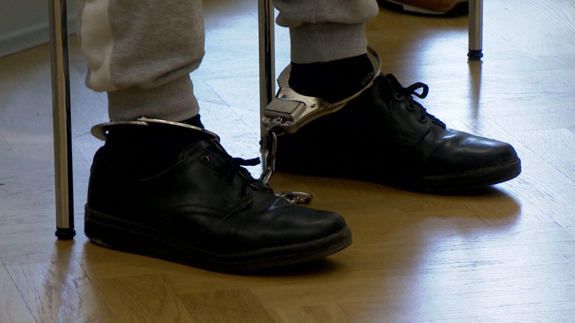Prügel-Prozess in Amberg: Angeklagter mit Fußfesseln