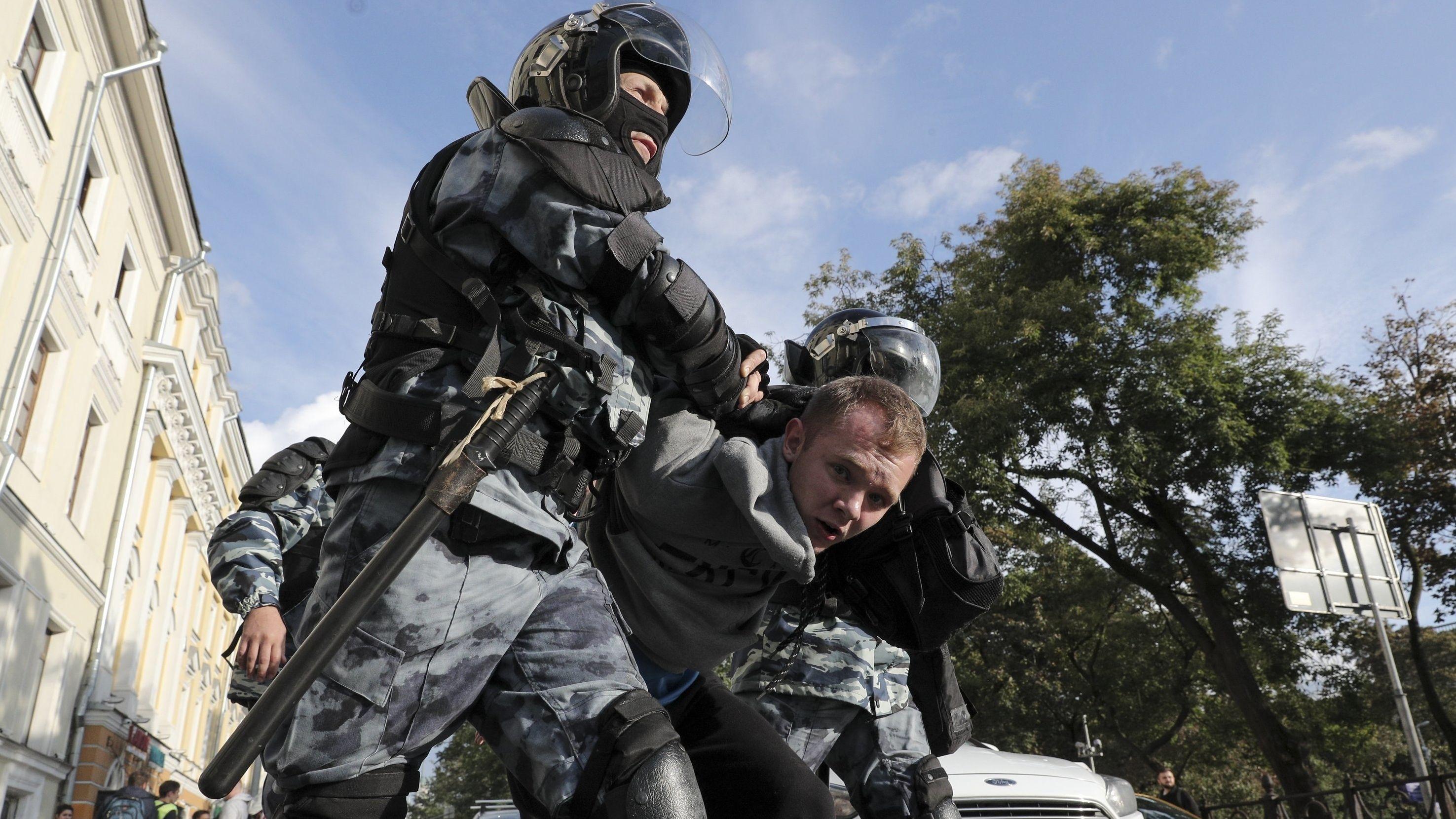 Polizisten verhaften in Moskau einen Demonstranten am Rande eines Protestes für faire und freie Wahlen.