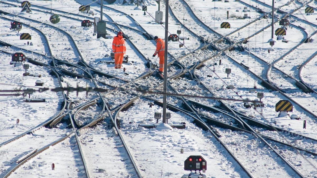 Symbolbild: Gleise im Schnee.
