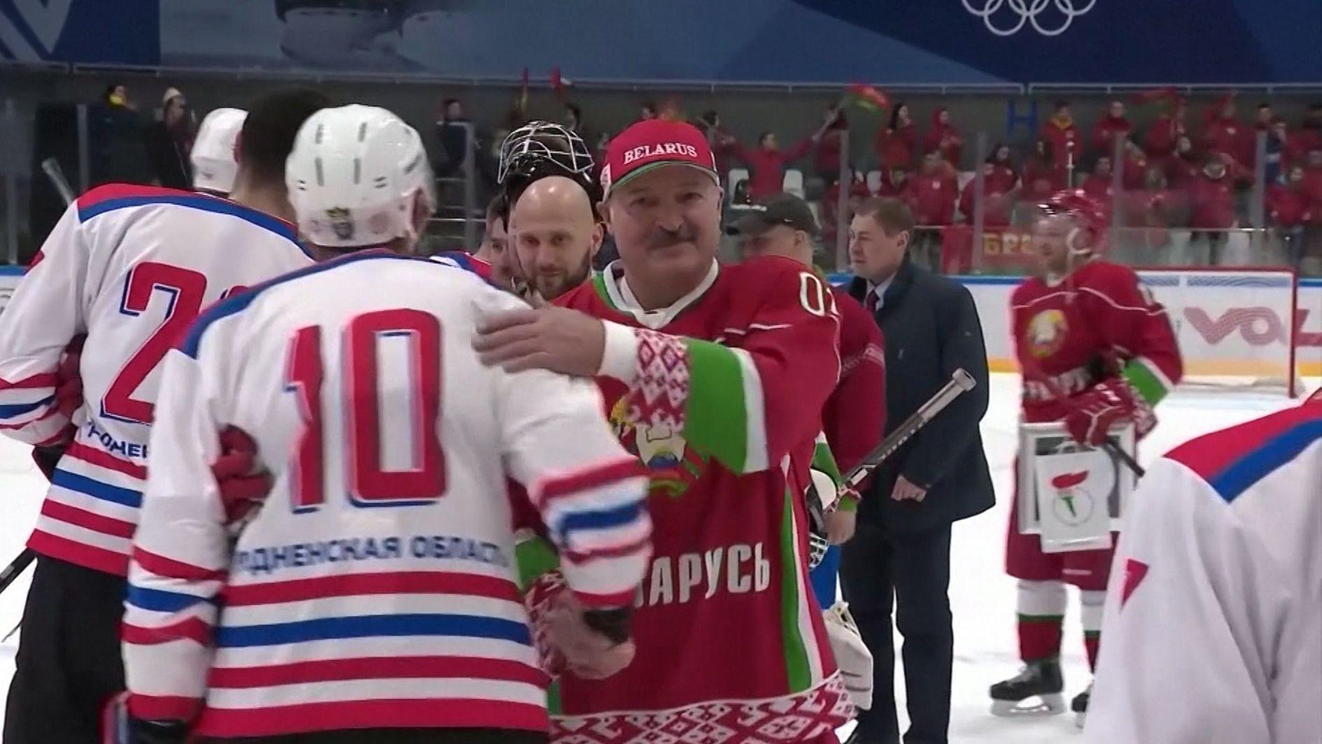 """""""Hier sind keine Viren. Sehen Sie welche herumfliegen?"""": Auftritt von Weißrusslands Präsidenten beim Eishockey-Spiel"""