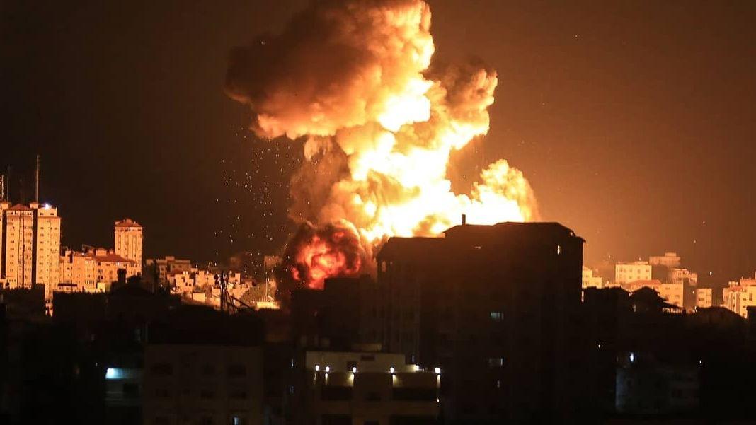 Nahost-Konflikt: Während Luftangriffen in Gaza explodiert am 13.05.2021 eine Rakete in der Nacht.