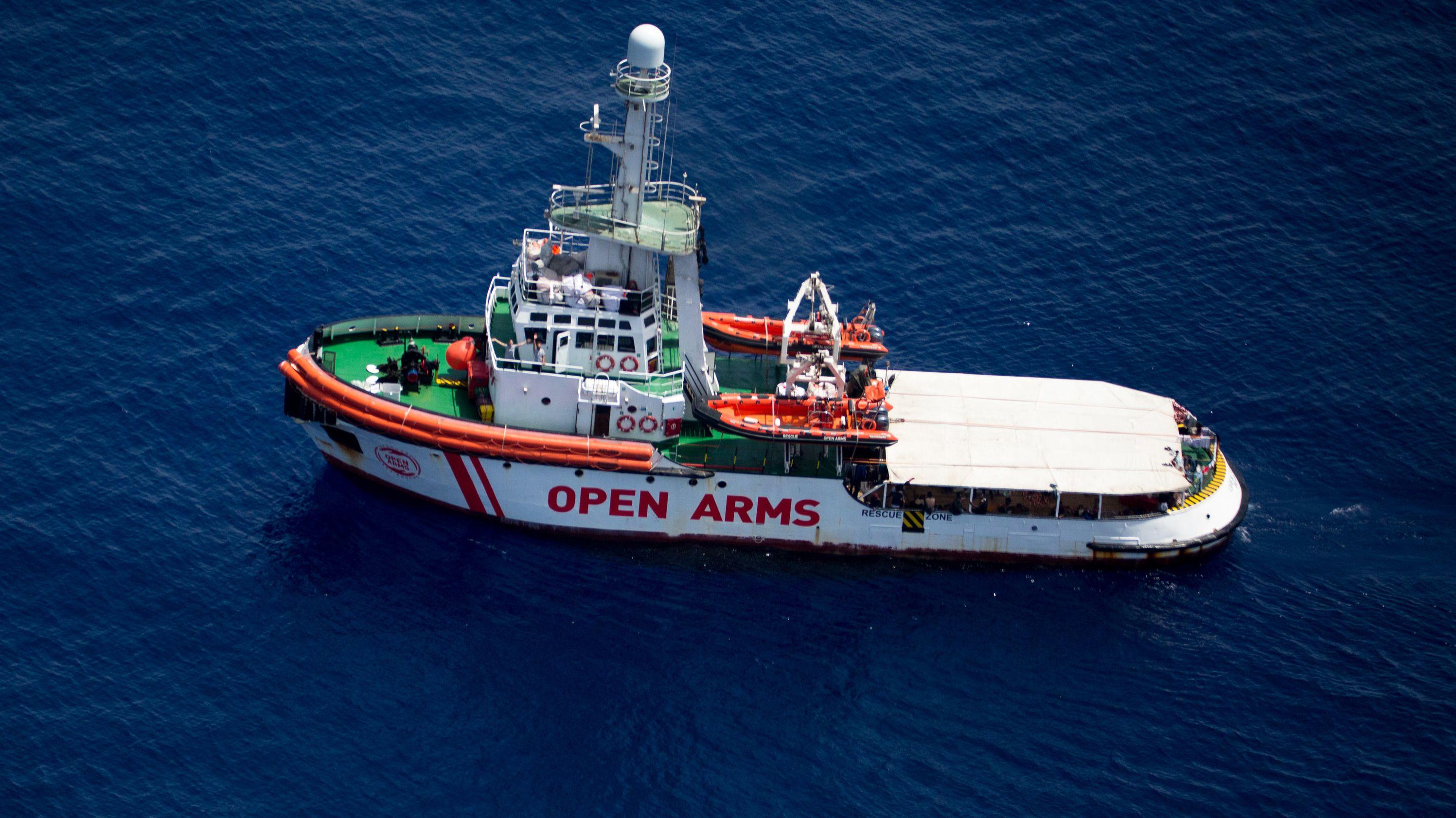 """Das Rettungsschiff """"Open Arms"""" der spanischen Hilfsorganisation """"Proactiva Open Arms"""" im Mittelmeer"""