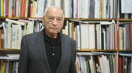 Ein Mann im Jackett steht vor seiner Bücherwand.   Bild:picture alliance/Nicolas Armer