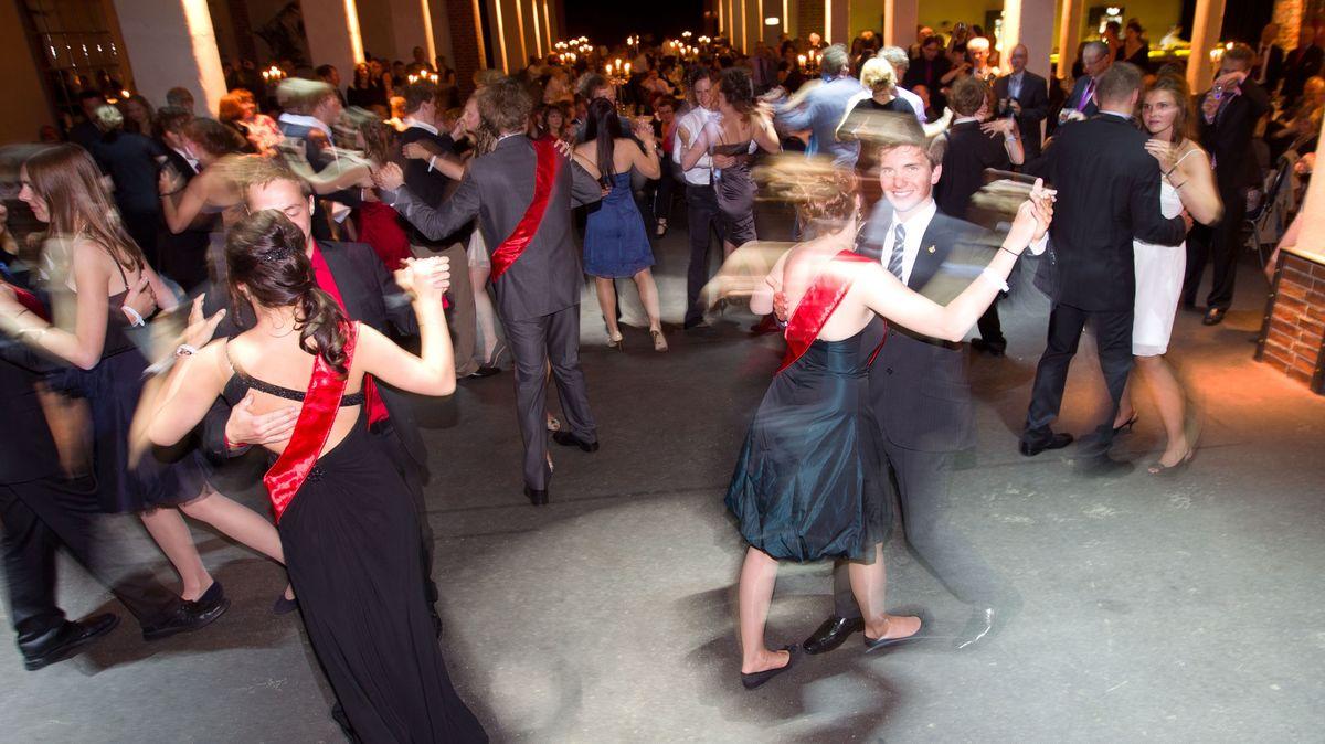 Abiturientinnen und Abiturienten drehen sich im Tanz beim Abiturball