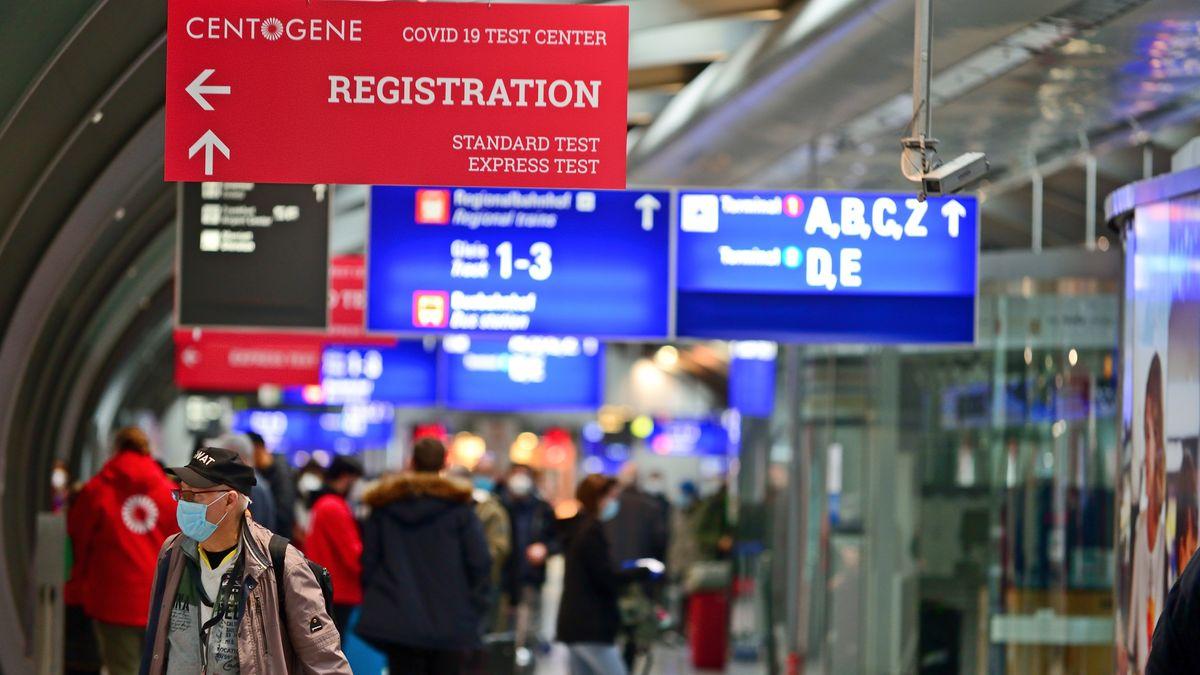 Schild weist auf Testzentrum am Frankfurter Flughafen hin