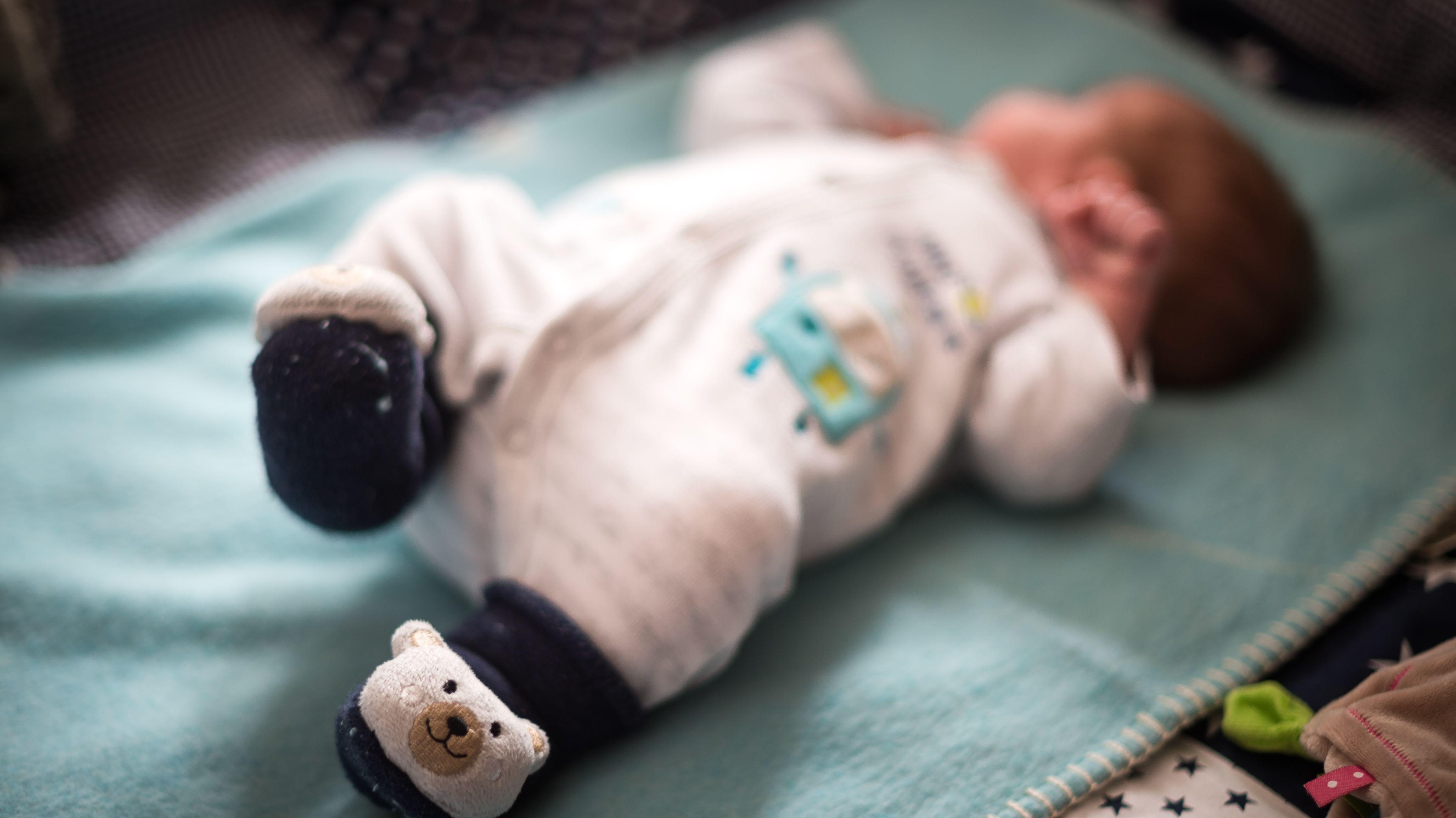 Neugeborenes auf Decke