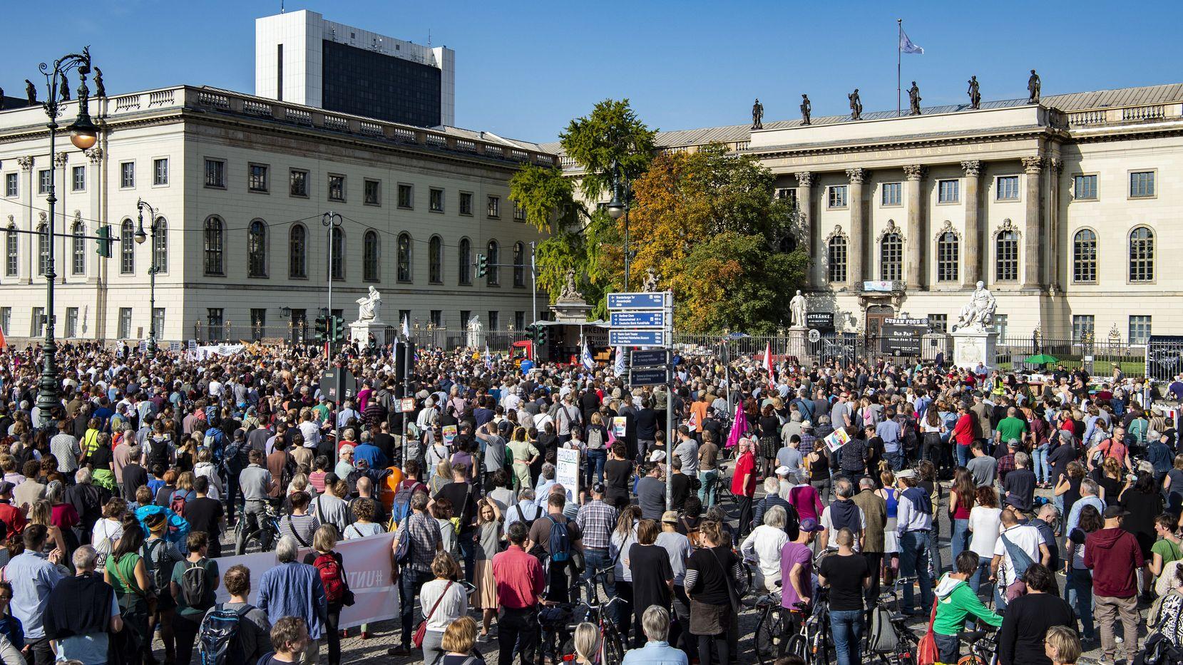 """Teilnehmer einer Demonstration gegen Antisemitismus stehen auf dem Berliner Bebelplatz. Veranstalter ist die Initiative """"Unteilbar""""."""