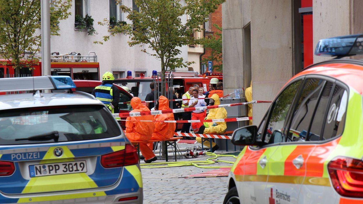 Einsatzkräfte vor der Sparkasse in Roth nach einem versuchten Raubüberfall am 19. August, bei dem auch eine unbekannte Substanz versprüht wurde.