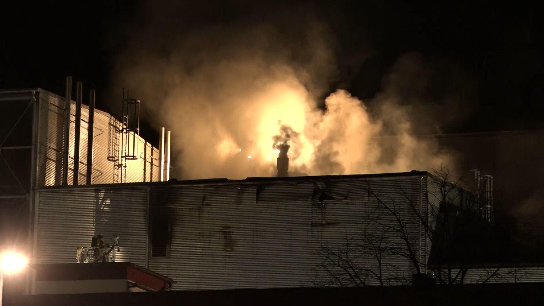 Mehr als 100 Feuerwehrleute kämpften am Dienstagabend stundenlang gegen einen Brand bei einem Hersteller für Backmittel in Kulmbach.