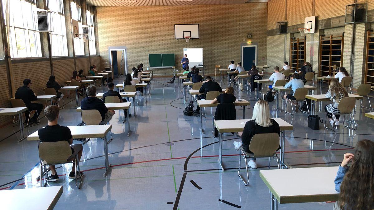 In der Turnhalle des Friedrich Dessauer Gymnasiums in Aschaffenburg startet am Mittwoch (20.05) das Abitur.