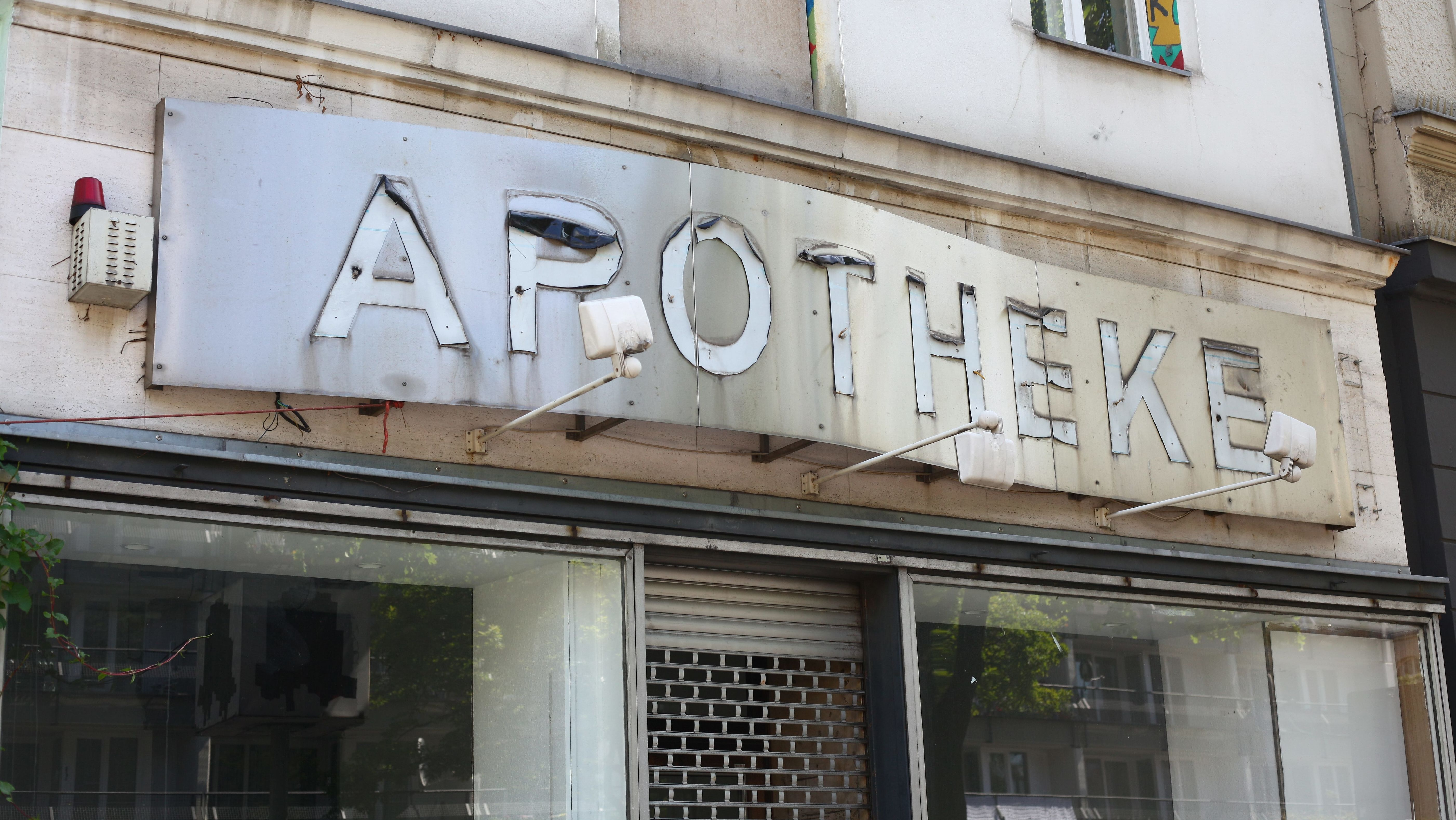 Das alte Schild einer Apotheke, die aufgegeben wurde.
