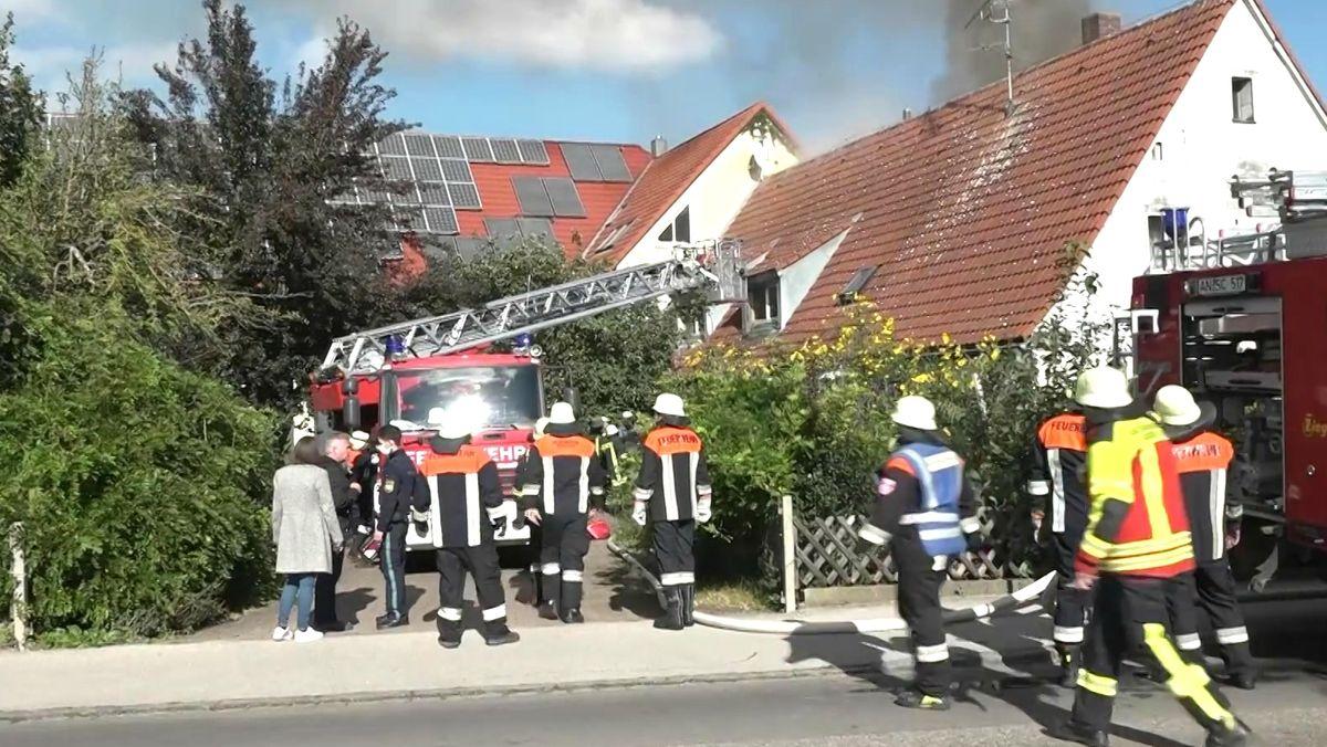 Zahlreiche Feuerwehrleute sind zu einem Zimmerbrand in Merkendorf ausgerückt.