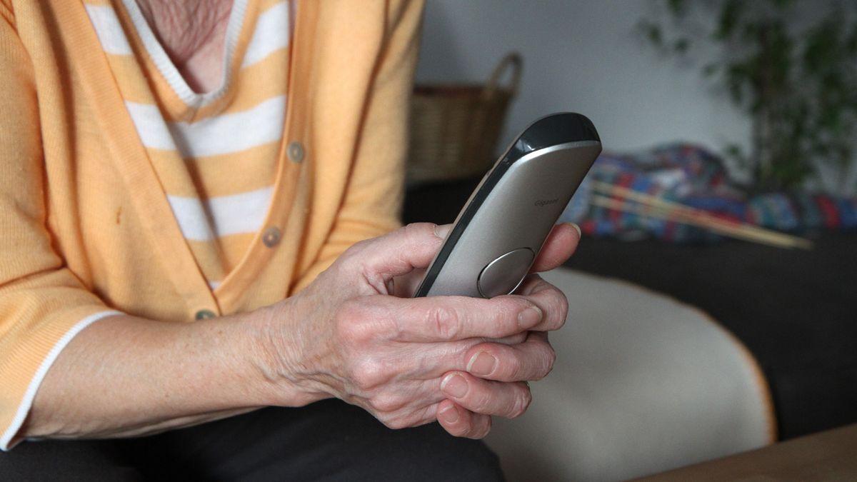 Seniorin mit Telefon, Enkeltrick