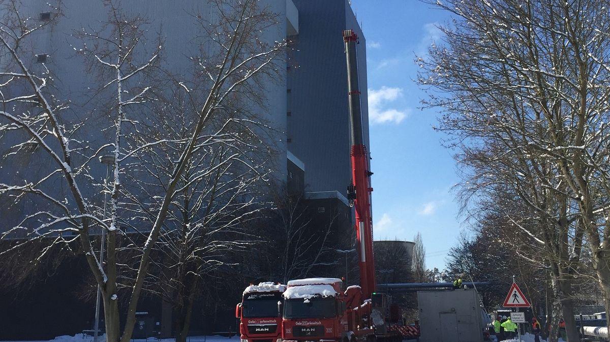 Blick auf das Großkraftwerk Franken, davor zwei Feuerwehrautos