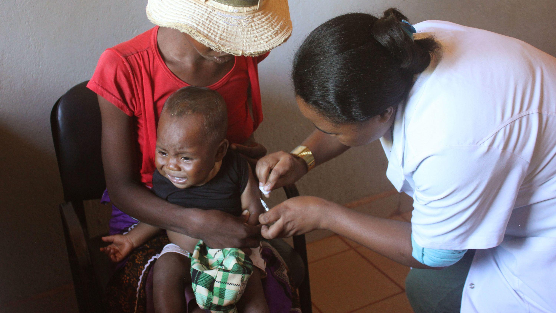 Ein Kind wird in einem Gesundheitszentrum im Süden Madagaskars gegen Masern geimpft