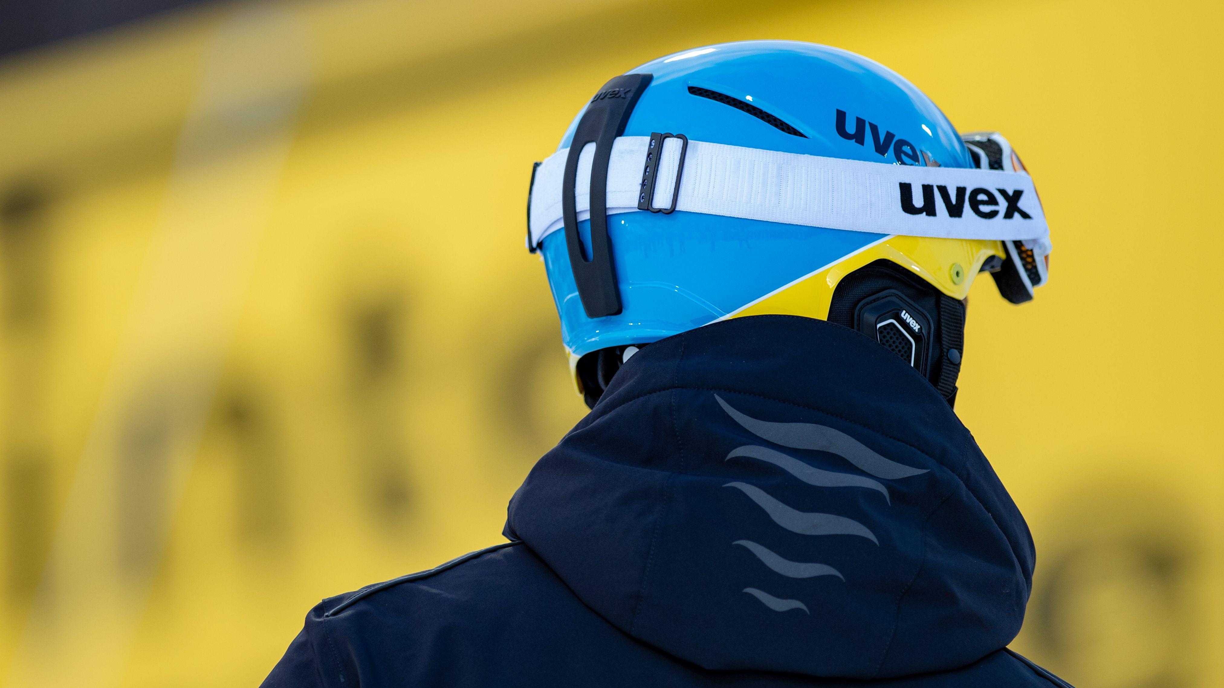 Felix Neureuther trägt einen Helm und eine Skibrille von Uvex