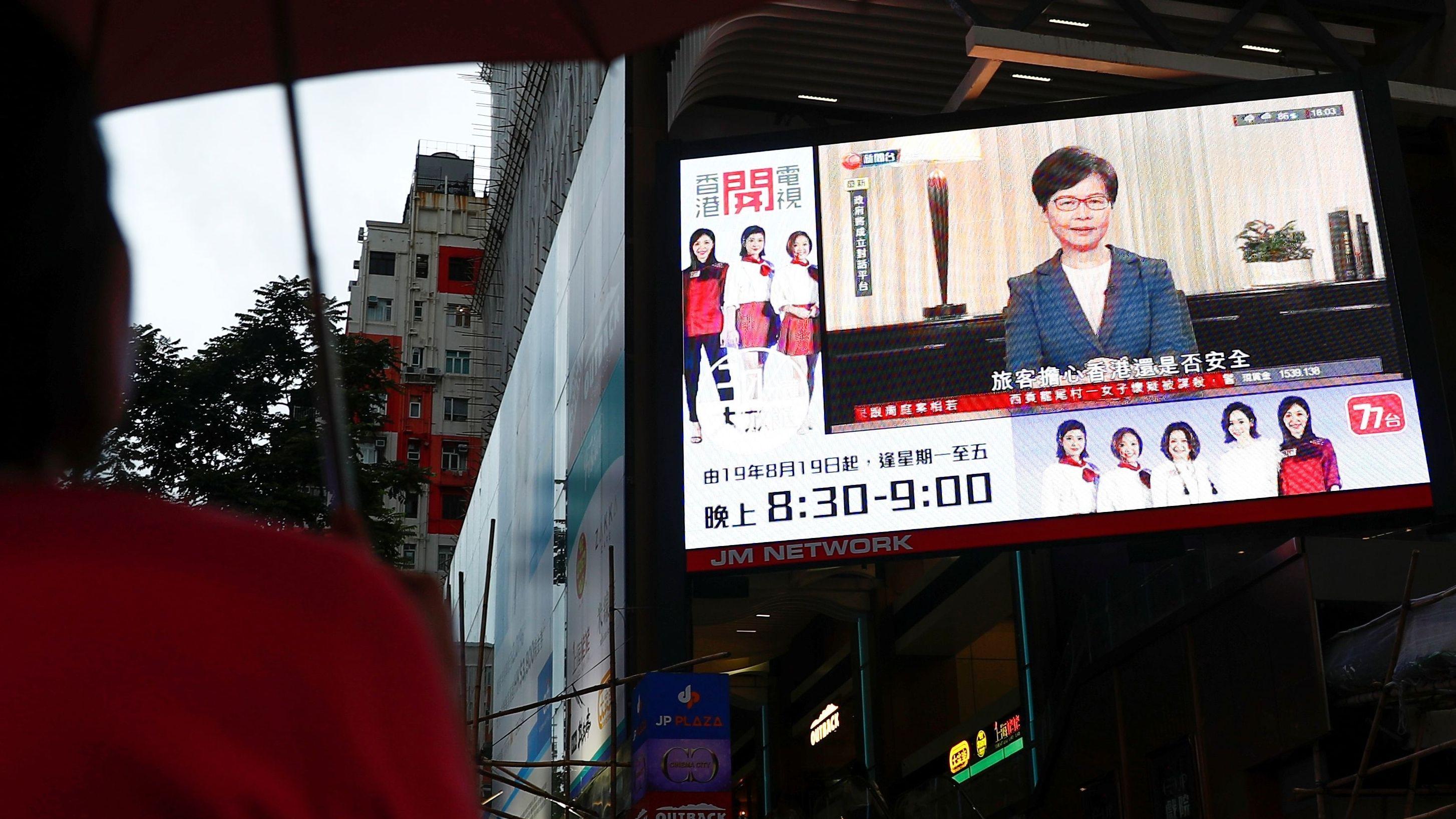 Carrie Lams Pressekonferenz auf einer Videowand in Hongkong