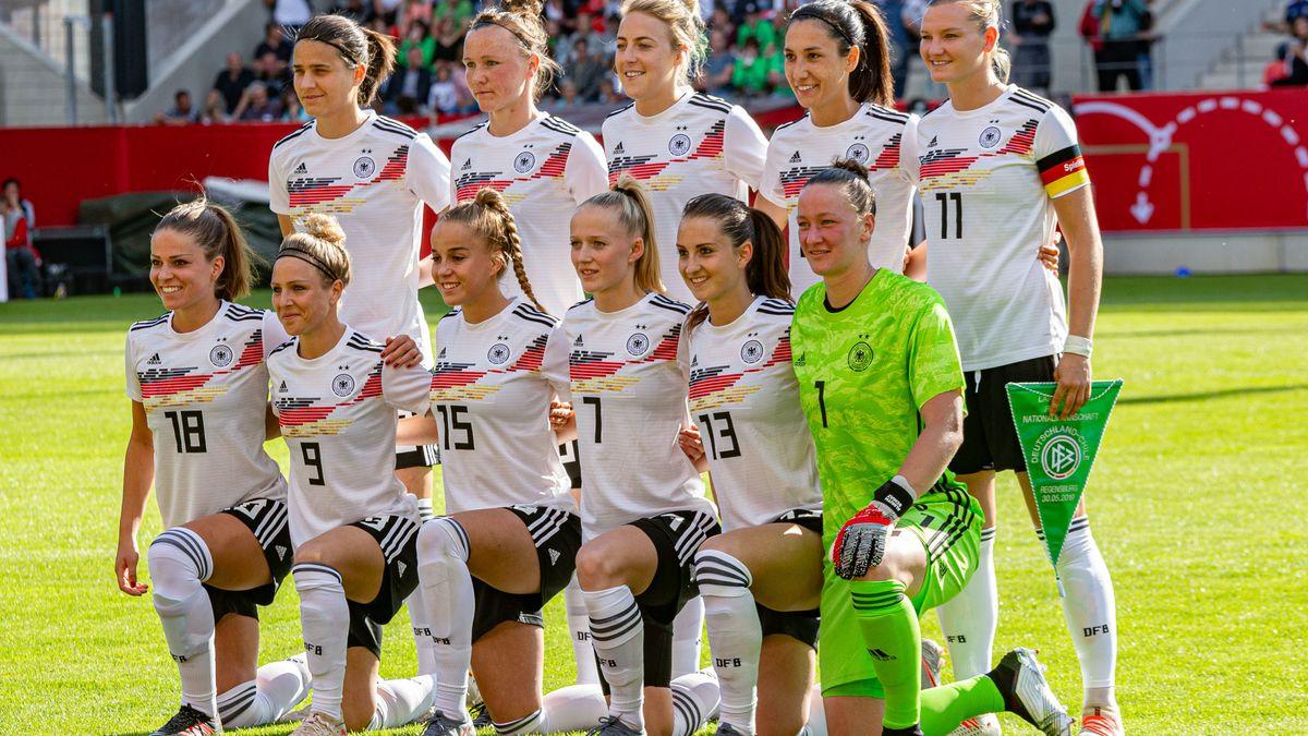 Deutschlands Fußballerinnen beim Länderspiel in Regensburg.